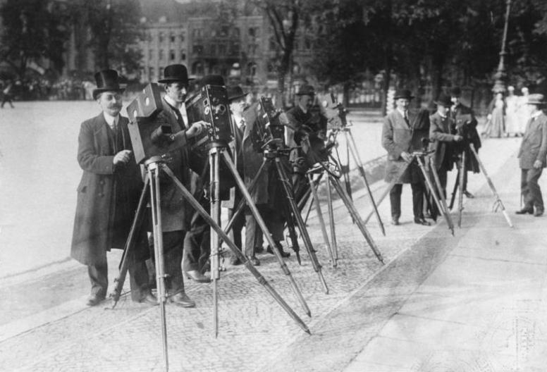 044b-Berlin Kameramänner vor dem Schloss 1907